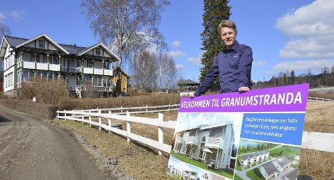 SALGSÅPNING: Prosjektleder Øyvind Nybrenna i Boligpartner med salgsplakat for boliger og leiligheter på Granumstranda.