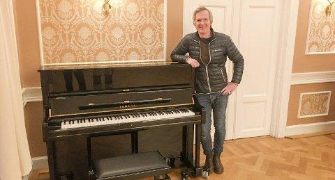 PIANO: Aasmund Kaldestad ved det nye pianoet på Berga.