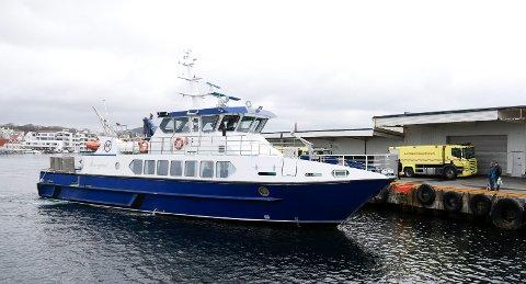 LÅNTE VEKK EN FLÅTE: MS Røværfjord var på vei fra Haugesund til Røvær med passasjerer ombord da den mottok Mayday-signal og dro til den brennende fiskebåten nord for Røvær. Der lånte den bort en av sine fem redningsflåten slik at de seks ombord i havaristen ble reddet.
