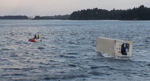 Containeren ble slept tilbake til Husøy.