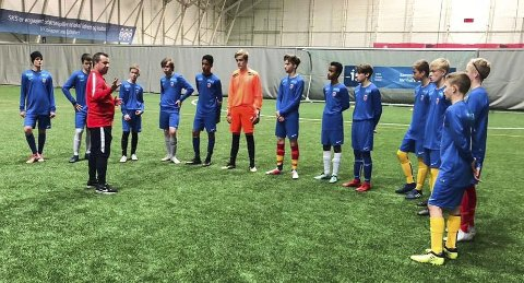 Torkild Veraas er ansvarlig for spillerutvikling i Nordland fotballkrets og skal se alle de 700 spillerne som er med på sonesamlinger. Her er han på Fauske.