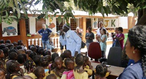 SKOLEBESØK: Rektor Amady Koroma holder tale for besøket fra Norge og ber ungene være stille. !65 småunger holder munn samtidig! – Imponerende, mener Øyvind Rømo (til venstre av gjestene).