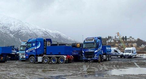 KLAR: Transportfirmaet Mar-Train Heavy Haulage skal stå for transporten fra Nesbruktomta til vindkraftverket. Noen av bilene som skal brukes står på Nesbrukkaia.