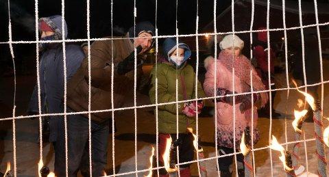 FRI IGJEN: Barna og foreldrene deres er løslatt mot meldeplikt. Resten av asylantene i Vestleiren er pågrepet og må holde seg i politiets område. Bildet er tatt under fakkeldemonstrasjonen onsdag kveld.