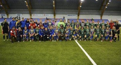 2016: Her er Team Finnmark, Alta IF og dommertrioen samlet på et brett etter showkampen i 2016.