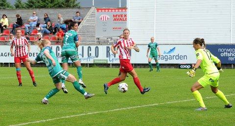 BARE NESTEN: Her burde Marie Hella Andresen utliknet til 1-1, men skuddet gikk like utenfor. Med ryggen til ser vi Kristina Maksuti og i bakgrunnen Ingeborg Lye Skretting. Helt til venstre står Andrea Norheim, som scoret Avaldsnes´ første mål.