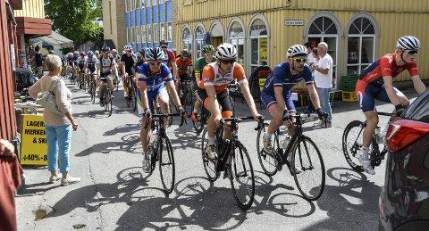 STORT FELT: Slik så det ut i Torvgata i fjor, da rundt 100 syklister la ut på den 74 kilometer lange turen til Gautefall. FOTO: NILS JUL LANDE