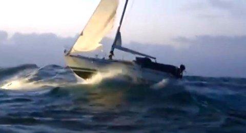 Seilbåten var ute i heftig vær. Se video nederst i saken.
