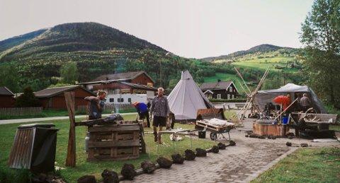 Dette stillbildet frå filmen viser då dei tre kunstnarane i «Fellesskapsprosjektet å fortette byen» (FFB) sette opp kunstverket «Odelsgut og fantefølge» i Kvam i Gudbrandsdalen hausten 2017.