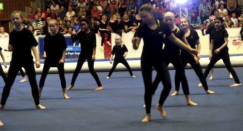 DEBUTANT: Seks år gamle Åsna Lian (midt på bildet) fra Rødberg var ed på sin aller første gymnastikkfestival. Ikke noe å si på innsatsen.alle foto: ole john Hostvedt