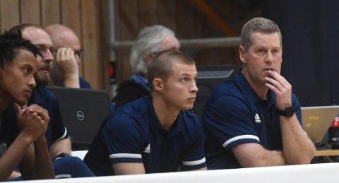 IKKE HELT FORNØYD: Miners-trener Stein Erik Rotegård (t.h.) sammen med assistenttrener Henrik Aabelvik. ALLE FOTO: OLE JOHN HOSTVEDT