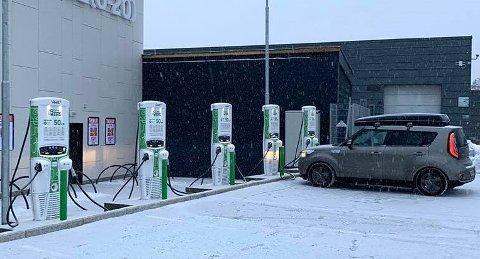 Åpnet torsdag: Fem nye hurtigladestasjoner for elbiler ved Meny Åråsen.