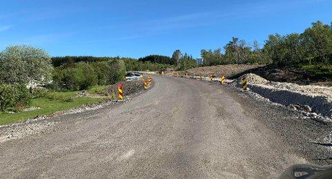 Snart kan man kjøre på flunkende ny asfalt på veien i Gjerstadbrekka.