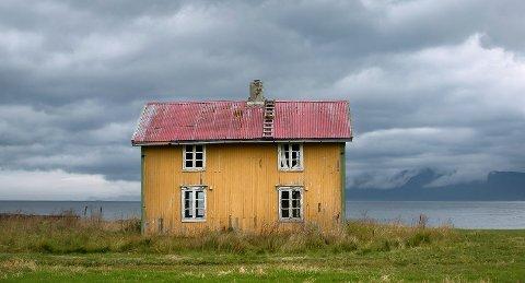 Bilde av Bakkebo (som huset heter). Det er tatt på høsten i 2016, i samme tidsrom som Svanhild endelig fikk tillatelse til å kjøpe huset.