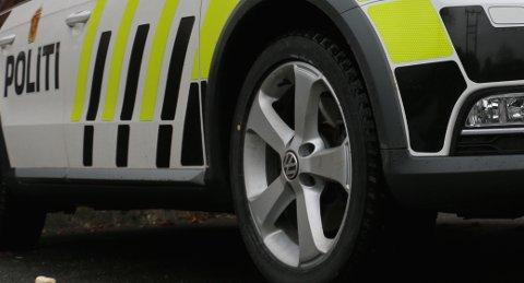 KJØRT TIL ARRESTEN: En person kjøres til arresten i Kristiansand.