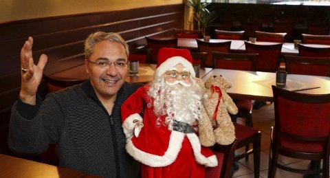 ÅPNER: – Her skal vi dekke til langbord og servere våre gjester mat og god julestemning, sier Oras Ismail som er en av eierne i London Café & Pub i Storgata.