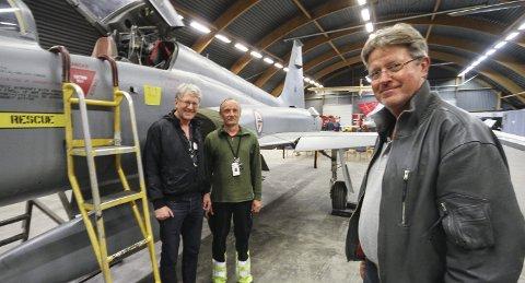 Mye å by på: David Kinn, Jørn Nyborg og Terje Haugen (t.h.) er tre av mange som dyrker flyhistorien på Rygge. Nå må de flytte for Forsvaret trenger hangaren selv. foto: espen Vinje