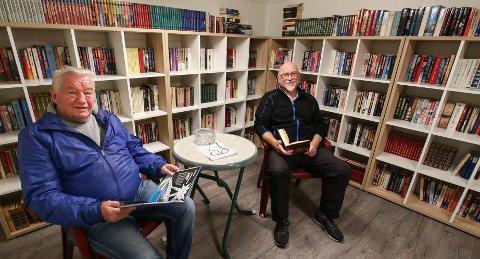 LOKALBIBLIOTEKET: Lars Larsen (til venstre) og Jan Erik Olsen er begge pensjonister og styremedlemmer i borettslaget og har vært pådrivere for boktilbudet i sykkelboden.