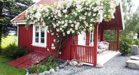 IDYLL: Det er idyllisk i hagen på Gjønnes gård.