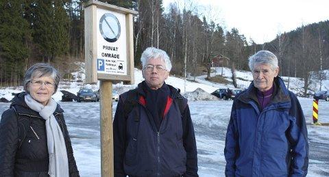 HÅPER DEN BESTÅR: Trine Johnsen, Arne Sunde og Leif Bertnes i Miljøprosjekt Ljanselva ønsker seg at  området fra parkeringsplassen til Sagstua skal bli «porten til Østmarka». Foto: Aina Moberg