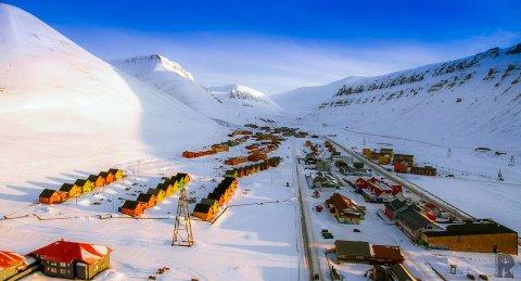 Longyearbyen på Svalbard er en av verdens nordligste bosetninger. Dette bilde er tatt av dronefotograf Kjetil Robertsen.
