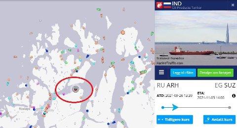 LIGGER I LE: Slepebåten Opal og tankeren Ind ligger i le ytterst ute i Grøtsund.