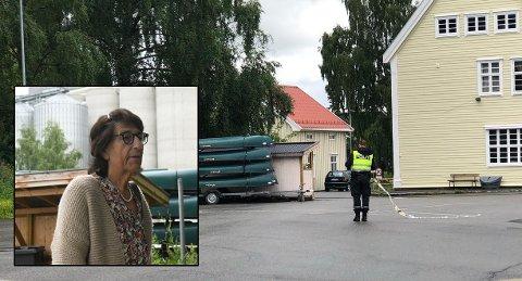 KOM HJEM: Eva Mikkelsen og de andre evakuerte kunne komme hjem igjen mandag ettermiddag etter å ha vært evakuert i mange timer etter at en eksplosjonsartet brann brøt ut på kornsiloen ved Lena. Politiet tok ned sperringene rundt et døgn etter at ulmebrannen først ble oppdaget.