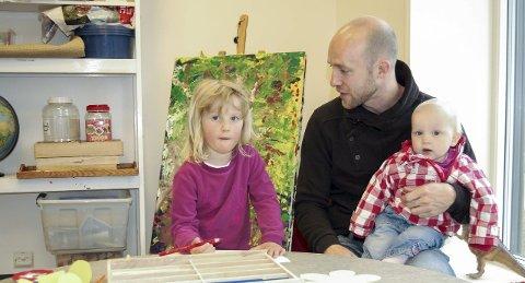 På plass: Lilly Holtan-Hartwig (4 1/2) fant fort frem til tegneblyantene. Her sammen med pappa Marius og lillesøster Solveig på 11 måneder. begge foto: Solveig wessel