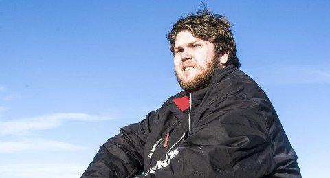 Lars Ellef Skoglund Røed Skalstad har få gode minner fra skoletida si i Larvik. Likevel drømmer han om å komme seg videre og skaffe seg lastebilsertifikat. Neste år fyller han 21 og kan realisere drømmen. Foto: Nils-Erik Kvamme
