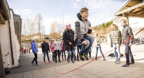Stor aktivitet: På Sky skole er det mye aktivitet i friminuttene. Nå er også hoppetaukonkurransen i gang. Her er det Mads Andersen og Nina Emilie Buttedal Andersen i aksjon. Foto: Nils-Erik Kvamme