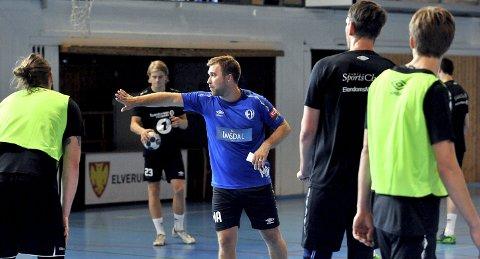 INSTRUERER: Michael Apelgren i full gang med å instruere sine menn på Elverum-treningen onsdag. I helgen spiller et nykomponert Elverum turnering på Tynset.