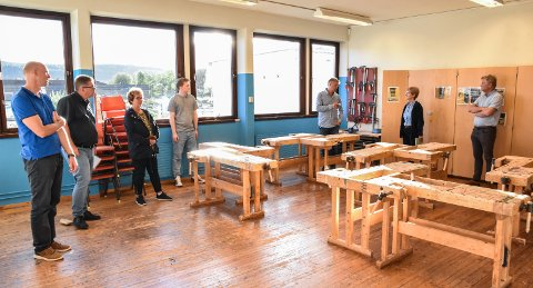 BESØKTE HANSTAD: Rektor Pål Klaveness viste utdanningskomiteen rundt på Hanstad barne- og ungdomsskole i fjor høst.