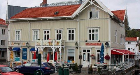 Porsgrunn kommune har suspendert serverings- og skjenkebevillingen til restaurant Kina Silkeveien på Fisketorget i Brevik, etter varsler fra Arbeidstilsynet.