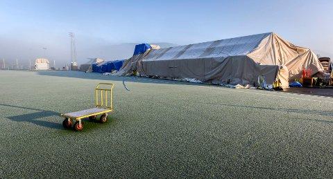 STOPP: Fotballhallen på Sagbakken ligger ennå brakk. Og ingenting kommer til å skje før tidligst neste år. Alt avhenger av om finansieringen går i orden. Foto: Øyvind Bratt