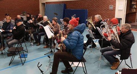PÅKLEDD: På grunn av temperaturen i øvingslokalene må Veldre og Furnes Musikkforening sitte med ytterklær inne når de øver.