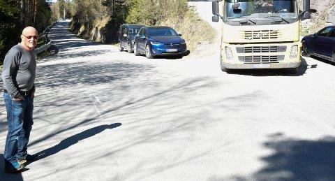 TRANGT: John Thorsen konstaterer at nabo Pål Selte har store problemer med å komme fram med lastebilen på grunn av parkerte biler. Begge etterlyser bedre parkeringsløsninger ved Mørkgonga.