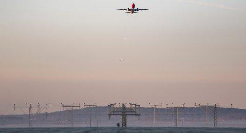 Gardermoen  20171018. Et fly fra Norwegian tar av fra på vestre rullebane. I bakgrunnen er to fly på vei inn for landing. Foto: Paul Kleiven / NTB scanpix