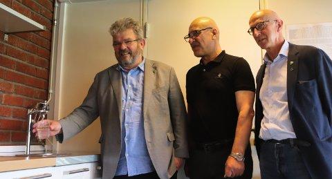 VIL BEDRE OVERVÅKNING: Nannestad kommune lanserte onsdag planene for et nytt forskningsprosjekt. Prosjektet skal gjøre det enklere å overvåke drikkevannskvaliteten. Fra venstre: Ordfører Hans Thune, prosjektleder Adel Al-Jumaily og varaordfører Karl Henrik Laache.