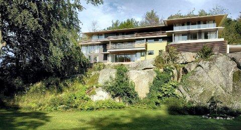 PÅ UTBYGGERS TOMT: Slik ser leilighetsprosjektet ut i skråningen bak villaen i Nedre Åsenvei 5. (Illustrasjon: Mathias Schulze og Ewelina Bogacz, KMS Arkitekter)