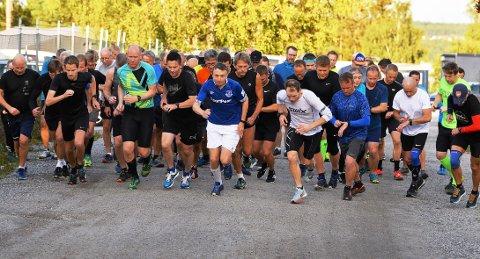 MANGE MED: Det er fortsatt god deltagelse i Torsdagsløpet. Denne gangen var det nesten 60 løpere på startstreken.
