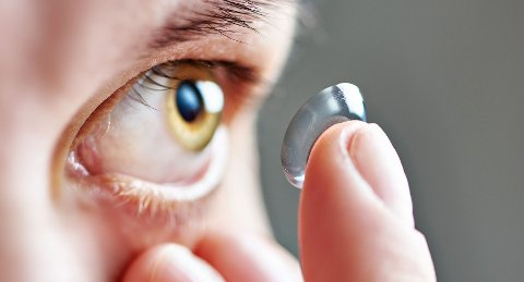 Kontaktlinsebrukere bør gå til årlige kontroller hos optiker.