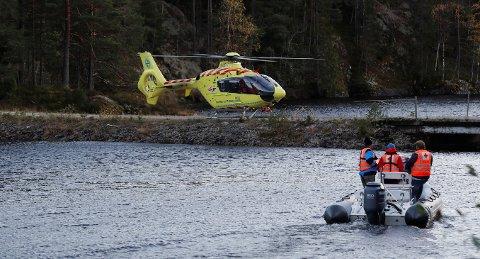 Seljord  20171012. Leting pågår etter en person som er savnet etter at en båt med med fem elever og en lærer kantret i Seljordsvannet torsdag ettermiddag. Foto: Terje Bendiksby / NTB scanpix