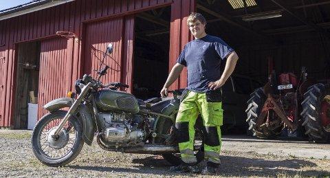 Pusset opp: Sivert Johansen (20) har på egenhånd pusset opp en gammel russisk motorsykkel som ble brukt under andre verdenskrig.