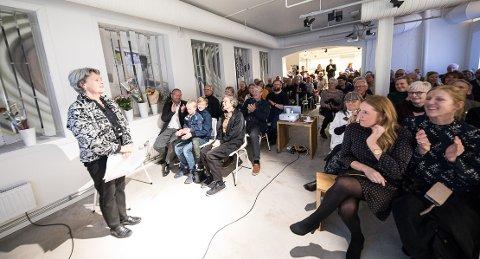 FOREDRAG: Grete Rønnings 80-årsfest ble markert på Porselensmuseet, derdet var ryddet plass til enutstillingmed hennes arbeider. Publikum fikk også et foredrag av Randi Gaustad.