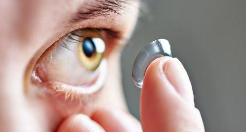 Kontaktlinsebrukere bør gå til årlige kontroller hos optiker. Foto: Colourbox/ANB