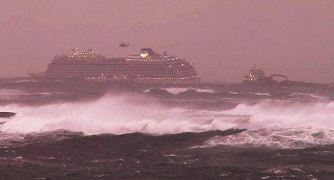 Lastebåten «Hagland Captain» da den passerte «Viking Sky» like før den selv fikk problemer i stormen på Hustadvika.