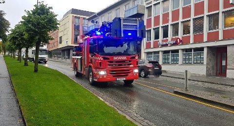 Den ene brannbilen på utrykning mot Innlandet.