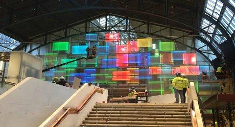 Hver plate kan vise 16,7 millioner ulike farger, og veksler gjennom hele dagen.