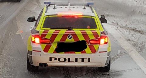 MISTET FESTET: Selv om de nye politibilene har firehjulstrekk, mistet patruljen som var på utrykning til en trafikkulykke mandag kontrollen og smalt inn i autovernet. NB! Bildet viser en annen patruljebil under en annen utrykning samme dag.