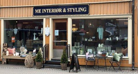 KORT FLYTTEVEG: Interiørbutikken ME Interiør og Styling har flytta to dører vestover i samme bygård i Fagernes sentrum.